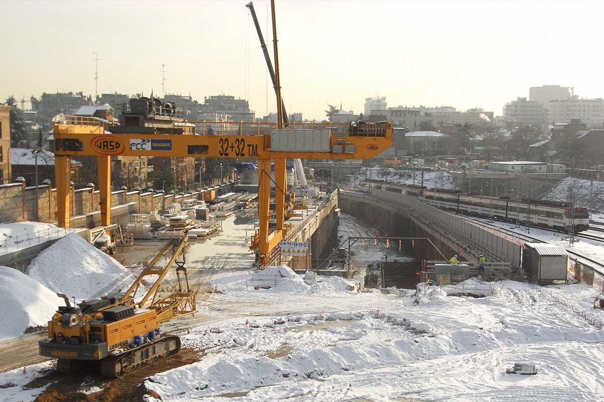 Cranes for tunnel construction